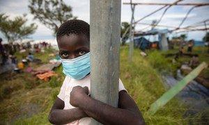 تم إعادة إسكان العائلات مؤقتًا في مركز إعادة توطين في موزامبيق بعد أن دمر إعصار إلويز منازلهم.