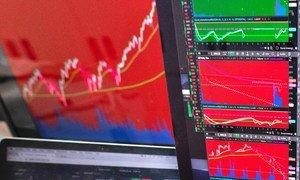 कोरोनावायरस के कारण दुनिया के प्रमुख शेयर बाज़ारों में बड़ी गिरावट देखी गई है.