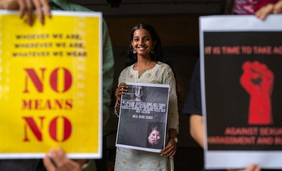 Mujeres jóvenes se pronuncian contra la violencia de género en la India.