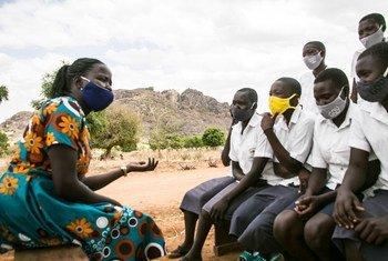 Wanafunzi nchini Uganda wakijadili katika klabu yao ya Wasichana katika Elimu, suala la ukatili dhidi ya wanawake wakiwa na muongozaji wao.