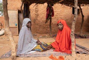 Mariama (kushoto) mwenye umri wa miaka 17 na Zeinabou mwenye umri wa miaka18 kutoka Niger wanasema walichukua hatua kuepusha ndoa ya mapema ya rafiki yao mwenye umri wa miaka 16.