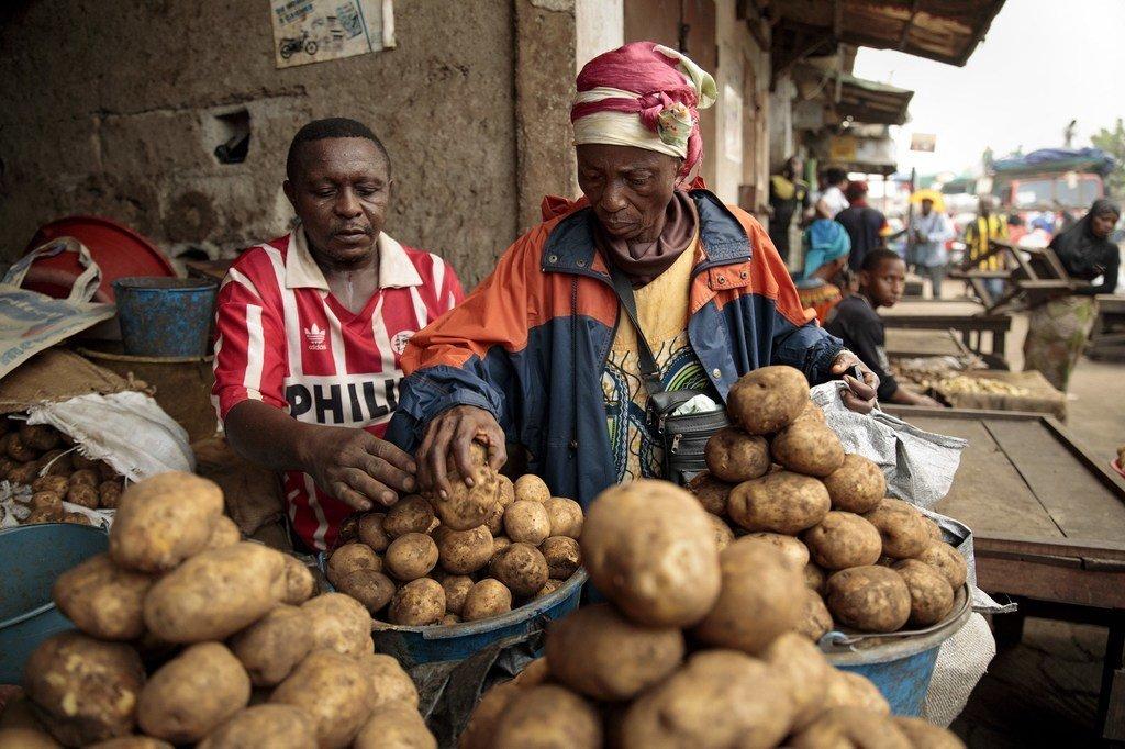 Christine Banlog akichagua viazi kwenye soko la jumla la mjini Douala nchini Cameroon.