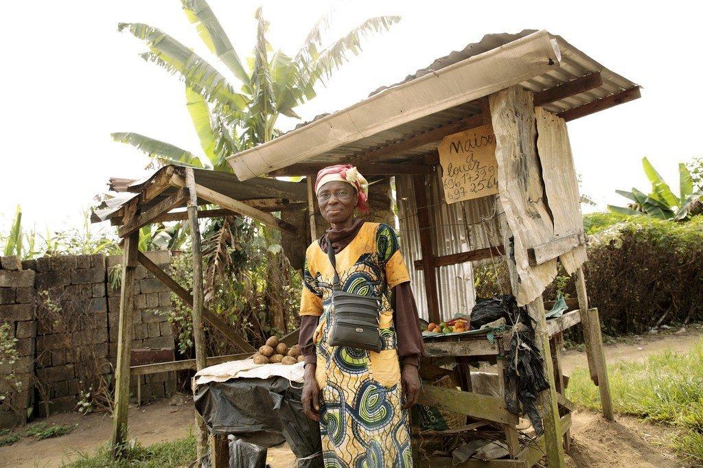 Christine akiwa mbele ya genge lake karibu na nyumbani kwake huko Nyalla, nchini Camroon ambako huuza bidhaa zinazokuwa zimebakia pindi soko linapofungwa saa 9 alasiri.