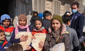 Children receive bread from a bakery in Aleppo, Syria, where WFP are assisting with food distribution.