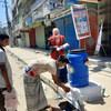 孟加拉国红新月会的工作人员和志愿者倡导洗手,喷洒消毒剂并提供紧急食品,以抗击2019冠状病毒。