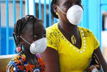 Una mujer y su hija utilizan mascarillas para protegerse del coronavirus.
