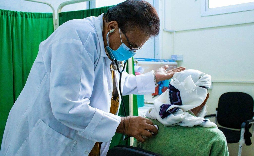 الدكتور ناصر قاسم سامي، رئيس موقع ART في عدن باليمن، الذي يقدم خدمات الرعاية والأدوية للمصابين بفيروس نقص المناعة البشرية