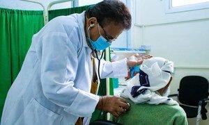 在也门亚丁的一处医疗设施内,纳赛尔·卡塞姆·萨米(Nasser Qassem Sami)正在给一名艾滋病病毒感染者提供护理服务和药品。