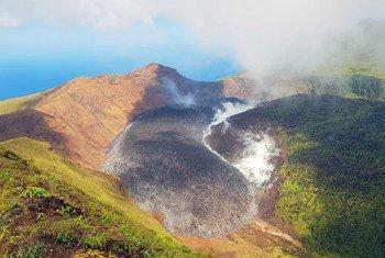 Erupção do vulcão La Soufrière em São Vicente e Granadinas, no Caribe, faz cerca de 20 mil pessoas evacuarem suas casas.