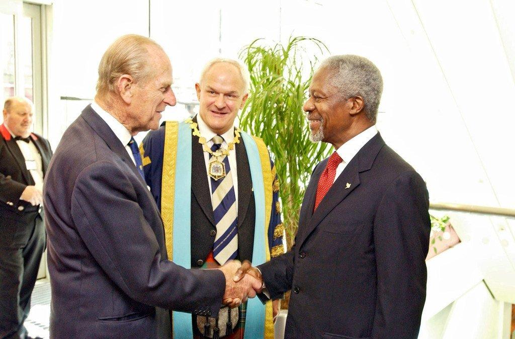 Prince Phillip ambaye ni Duke of Edinburgh (kushoto) alipokutana na hayati Kofi Annan, Katibu Mkuu wa UN huko Edinburgh, Scotland mwaka 2005.