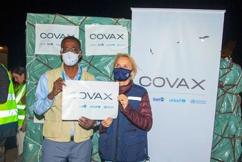 المسؤولون في ليبيا يحصلون على أول دفعة من لقاحات كوفيد-19 عبر مرفق كوفاكس.