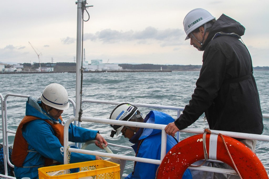 2013年11月,国际原子能机构与日方工作人员在福岛核电站周围海域收集海水样本。