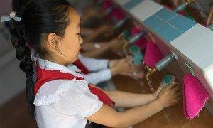 أطفال في روضة أطفال يغسلون أيديهم في مرفق تدعمه اليونيسف في مدينة جونغجو، جمهورية كوريا الشعبية الديمقراطية.