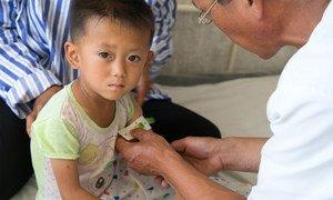 朝鲜黄海南道峯泉郡,一名营养不良的男童正在接受检查。(2019年图片)