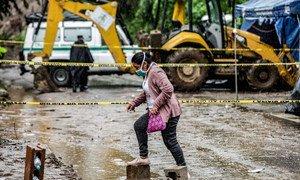 Una mujer camina en El Salvador en medio de los daños causados por la tormenta tropical Amanda en mayo.