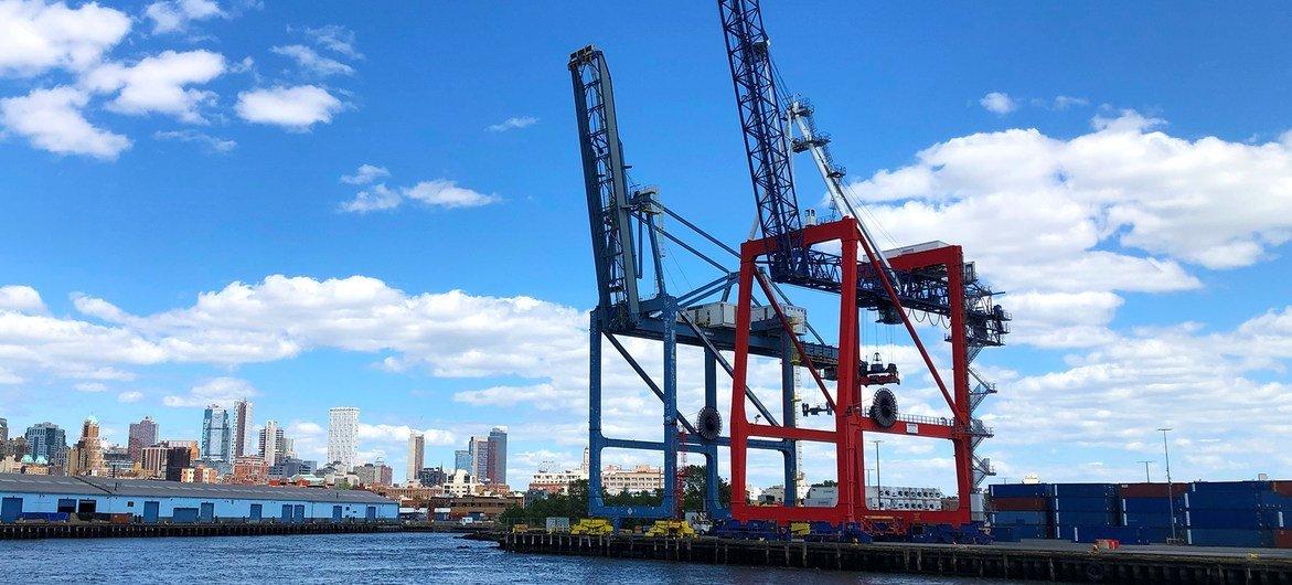 De nombreux ports à conteneurs, comme celui de New York, ont connu une baisse d'activité à la suite de la pandémie de coronavirus.