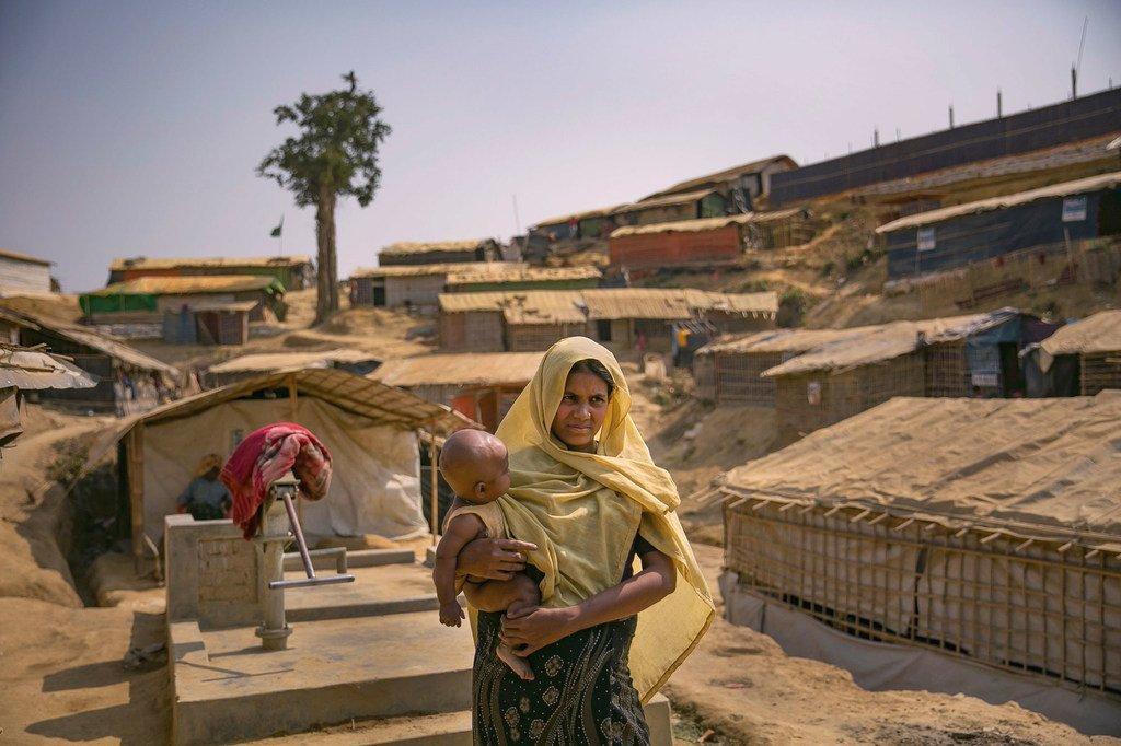 Une femme rohingya porte son enfant dans le camp de réfugiés de Balukhali, à Cox's Bazar, au Bangladesh.