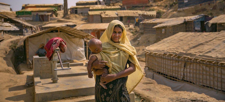 سيّدة تحمل طفلها في مخيم بالوخالي للاجئين في كوكس بازار.