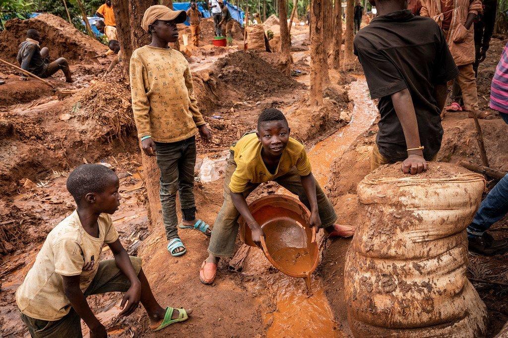 Des enfants travaillent dans une mine au Sud-Kivu, en République démocratique du Congo.