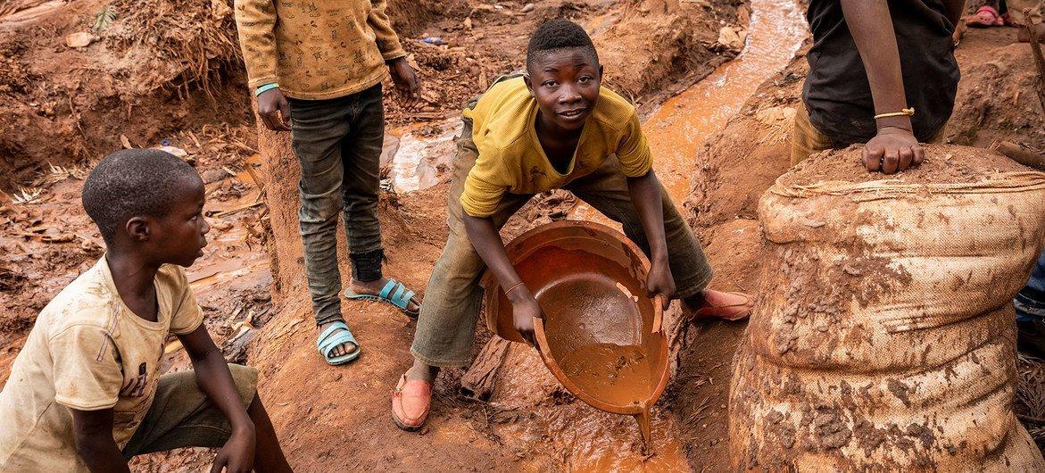 Unos niños trabajando en una mina de Kivu del Sur, en la República Democrática del Congo