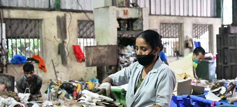 गोवा में स्वच्छता केन्द्र में कचरा अलग करते सफ़ाई साथी.