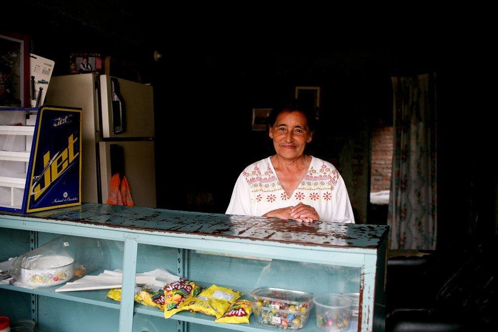 哥伦比亚布加市一家商店的季节性工人
