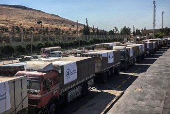 运送粮食援助的卡车越过土耳其边境进入叙利亚。(档案照片)