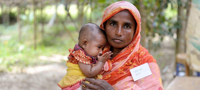 Mãe e filho são atendidos na Clínica Comunitária de Mobarakpur em Kulaura Upazila, nordeste de Bangladesh.