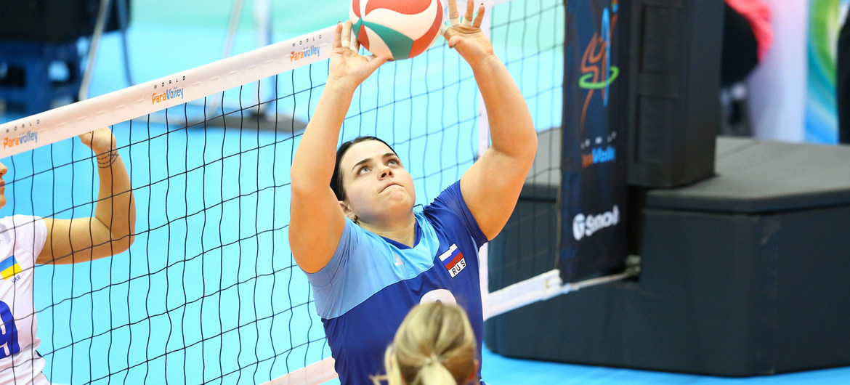 俄罗斯女子坐式排球国家队队员昆斯特曼(图中持球者)在2019年国际女子坐式排球六强赛期间。