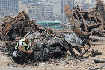 أحد أفراد الطواقم التي سارعت لبيروت يعاين الأضرار الجسيمة التي لحقت بالمدينة بعد الانفجار.