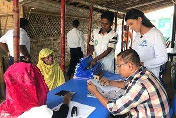 संयुक्त राष्ट्र शरणार्थी एजेंसी (UNHCR) के अधिकारी बांग्लादेश के कॉक्सेज़ बाज़ार की कुटूपलोंग शरणार्थी बस्ती में पंजीकरण में मदद करते हुए. (24 जुलाई 2019)