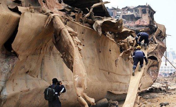 Equipe de resgate procura sobreviventes no Porto de Beirute