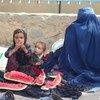 فرت أم وأطفالها من الصراع في لاشكرغاه ويعيشون الآن في مخيم للنازحين في قندهار، جنوب أفغانستان.