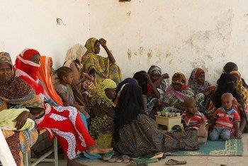 (من الأرشيف) أمهات يحضرن مجموعة دعم مع أطفالهن في مركز صحي في ولاية عفار، إثيوبيا.
