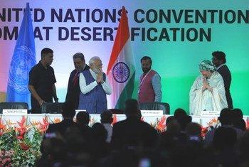 संयुक्त राष्ट्र उपमहासचिव आमिना जे मोहम्मद नई दिल्ली में कॉप-14 सम्मेलन के दौरान भारत के प्रधानमंत्री नरेंद्र मोदी के साथ स्टेज पर. (9 सितंबर 2019)