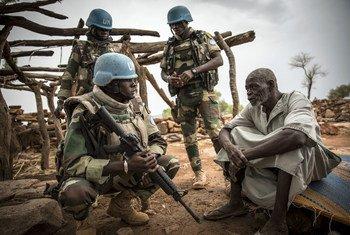 2019年7月,马里中部莫普提地区维持和平人员在一次军事行动中支持当局保护平民。