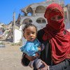 Una madre sostiene a su hijo en el campamento de desplazados internos de Al Dhale'e en el Yemen.