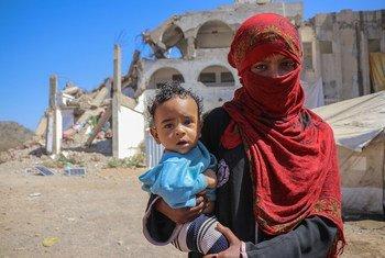 Une mère avec son enfant dans un camp de déplacés à Al Dhale, au Yémen.