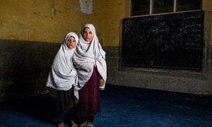أرشيف: فقدت هاتان الفتاتان شقيقهما خلال انفجار عبوة بدائية الصنع في إحدى المدارس في مقاطعة نانغارهار الأفغانية.