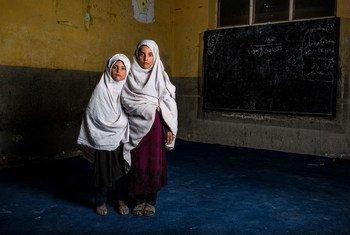 Эти сестры-афганки потеряли брата в результате взрыва в их школе. Афганцы мечтают о мире, и в ООН возлагают большие надежды на начавшиеся в Дохе переговоры между талибами и властями страны.