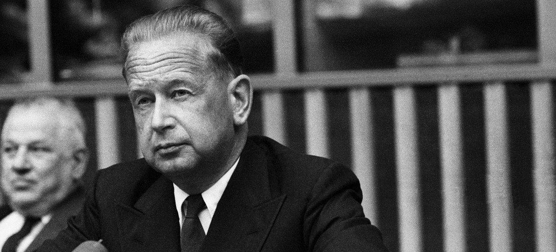 Le Secrétaire général de l'ONU, Dag Hammarskjöld, lors d'une conférence de presse au Siège des Nations Unies, le 24 mars 1960.