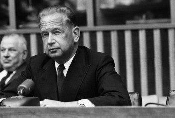 1960年3月24日,联合国秘书长达格·哈马舍尔德在联合国总部举行新闻发布会。