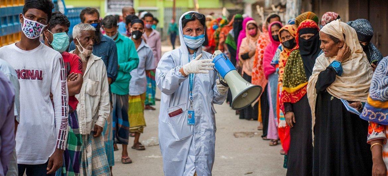बांग्लादेश में कोरोनावायरस महामारी के दौरान भोजन वितरण।  (फाइल)