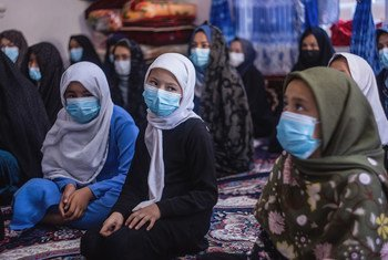 2021 年 9 月 2 日,在赫拉特,这些阿富汗妇女和女孩正在听取有关2019冠状病毒病的预防知识。