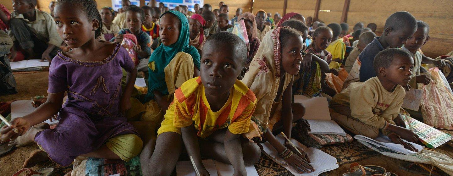 Des enfants de la République centrafricaine sont en classe dans un espace protégé d'un camp de réfugiés au Cameroun.