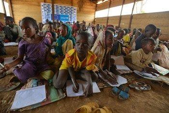 来自中非共和国的儿童在喀麦隆难民营受保护的空间上课。