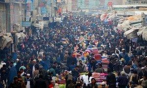 Un día en el popular mercado de Mandawi en Kabul, Afganistán.