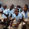 Watoto katika shule nchini Haiti wakipata chakula kama sehemu ya mpango wa mlo shuleni wa WFP.