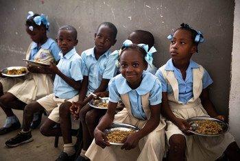 Estas niñas haitianas reciben almuerzos escolares del PMA.