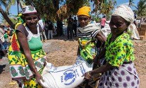 विश्व खाद्य कार्यक्रम  प्राकृतिक आपदाओं से प्रभावित इलाक़ों में ज़रूरतमन्द समुदायों तक भोजन सहायता पहुंचाता है. इस तस्वीर में मोज़ाम्बीक़ में चक्रवाती तूफ़ान के बाद खाद्य सामग्री वितरित की जा रही है.